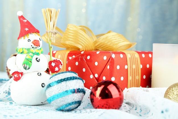 Bella composizione in natale con il regalo e il primo piano dei giocattoli di natale
