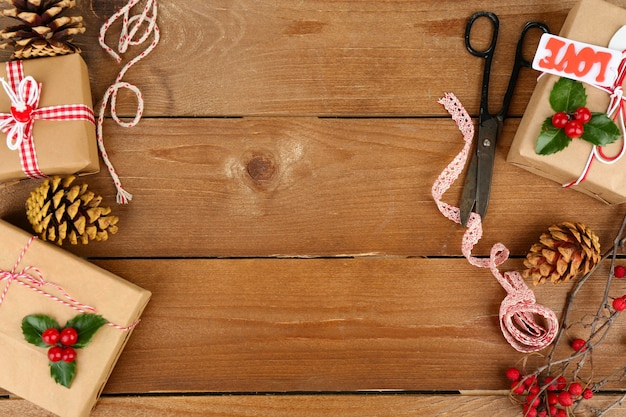 Bella composizione natalizia con regali fatti a mano su fondo in legno