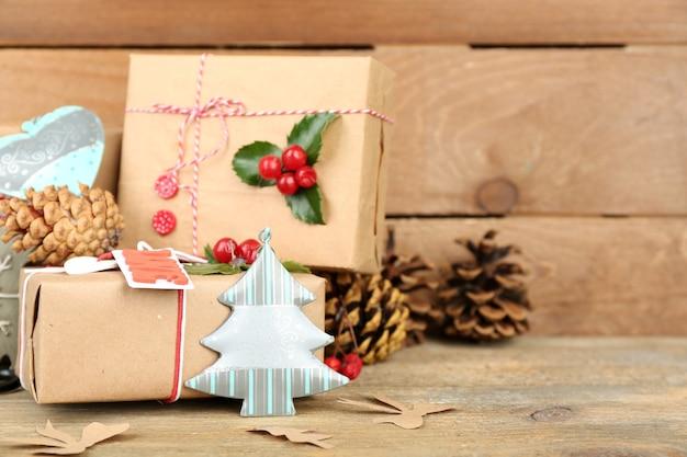 Bellissima composizione natalizia con regali fatti a mano