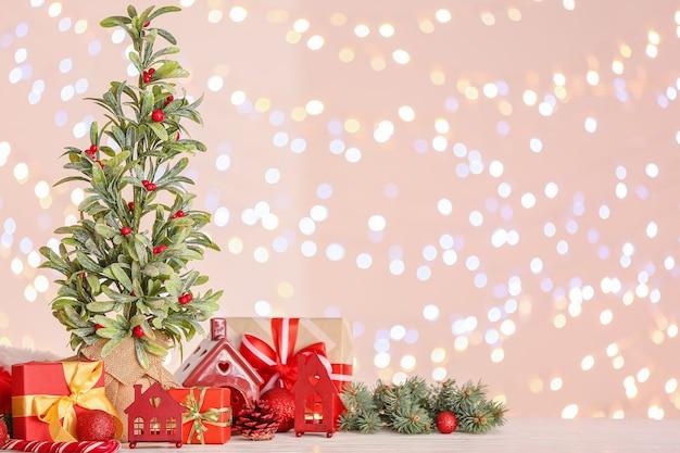 Bella composizione natalizia con pianta di vischio contro luci sfocate