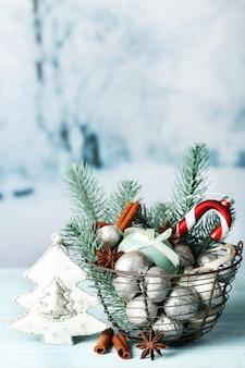 Bellissima composizione natalizia con noci d'argento, su tavola di legno
