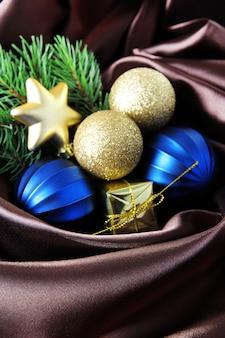 Bellissime decorazioni natalizie su tela di raso marrone