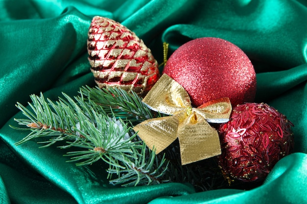 Bellissimo decoro natalizio su panno di raso verde