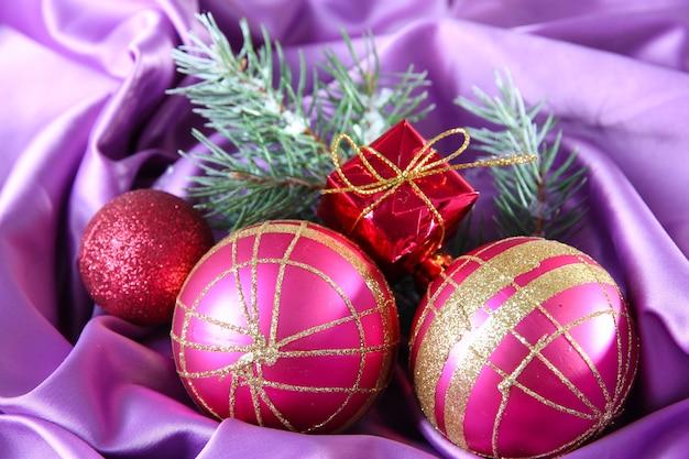 Bellissime decorazioni natalizie su panno di raso viola