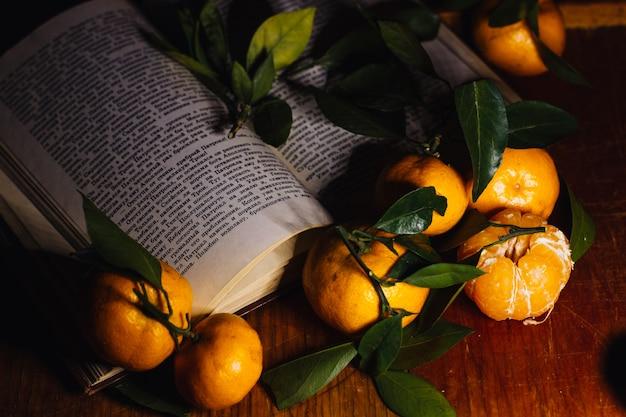 Bella decorazione natalizia con mandarini e un libro
