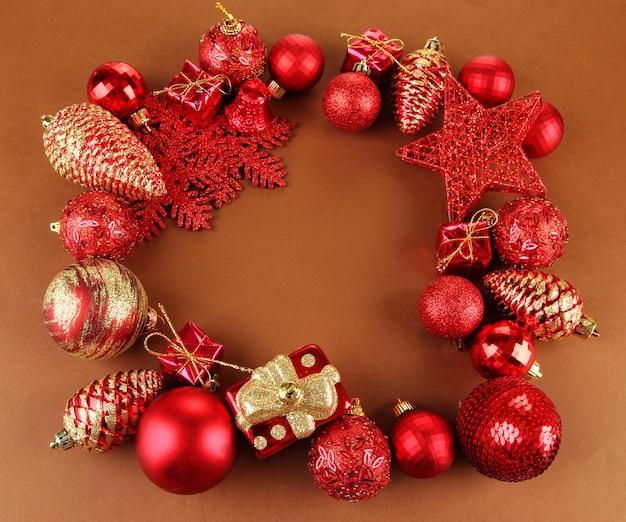 Bellissime decorazioni natalizie su sfondo marrone