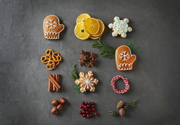 Belle decorazioni natalizie sul tavolo grigio