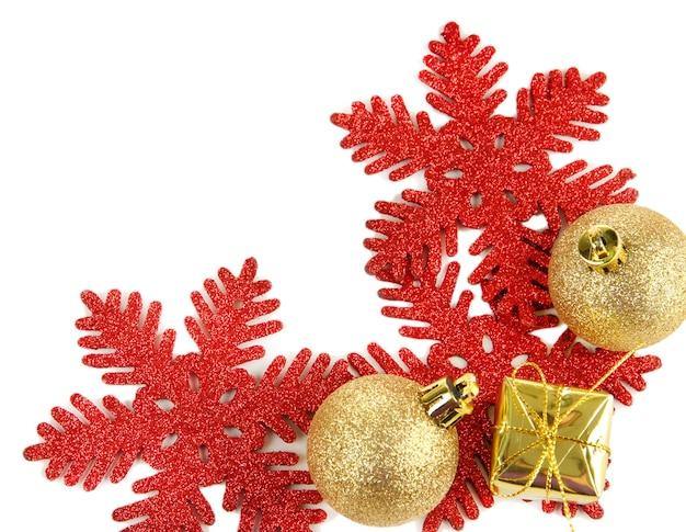 Bellissime decorazioni natalizie isolate su bianco
