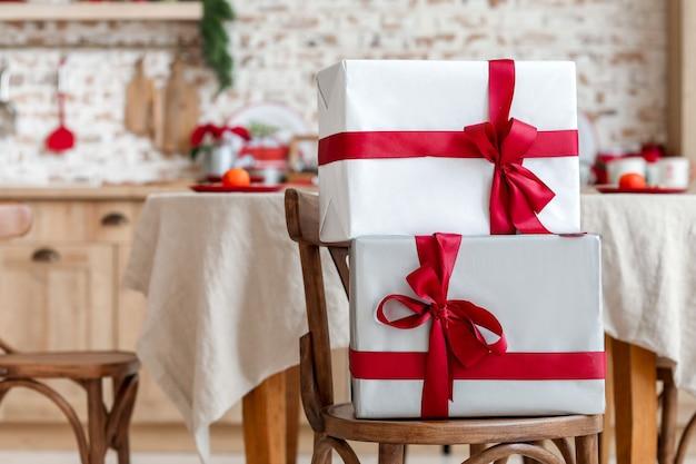 Bellissimi regali di natale sulla sedia in sala da pranzo