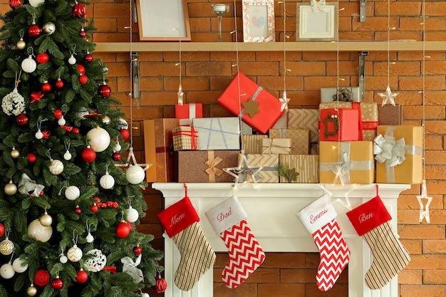 Bellissimi regali di natale sulla mensola del camino in camera