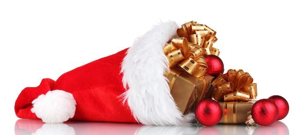 Bellissimo cappello di natale con regali e palle di natale isolate su bianco