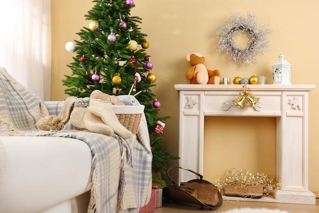 Bellissimi interni natalizi con caminetto decorativo e abete