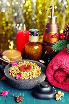 Bella composizione di regali di natale su un tavolo di legno verde su sfondo scintillante