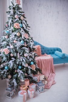 Bellissimo albero di natale decorato con giocattoli