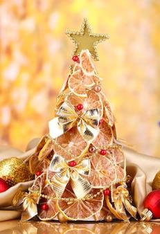 Bellissimo albero di natale di limoni secchi con decorazioni