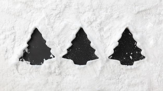 Bella forma di albero di natale nella neve