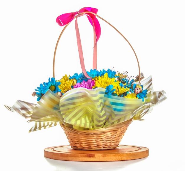 Bei fiori del crisantemo in un canestro isolato
