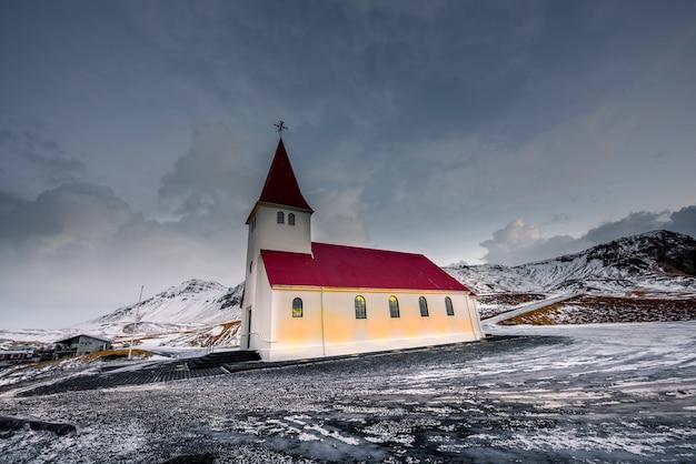 Bella chiesa a vik, islanda