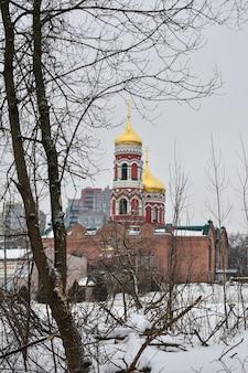 Bella chiesa nella città d'inverno