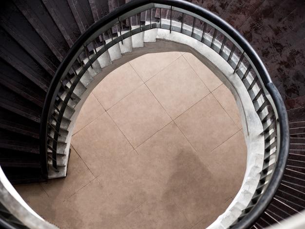 Belle scale circolari all'interno dell'edificio.
