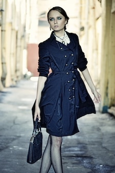 La bella donna della città sta camminando su una strada