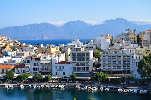 Bellissimo paesaggio urbano di agios nikolaos sull'isola di creta, grecia