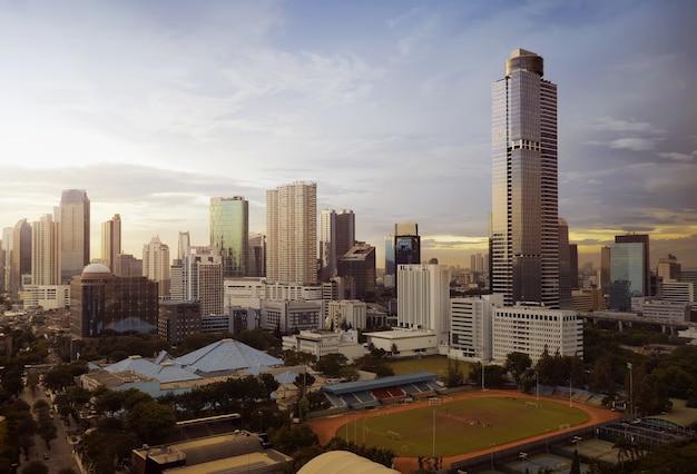 Bello orizzonte di paesaggio urbano con il calcio mini stadion