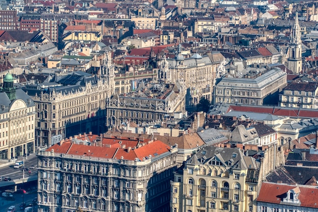 Bellissimo paesaggio urbano con edifici storici vecchio stile e case nella parte storica della città di budapest, ungheria.