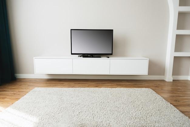 Soggiorno bello e pulito con smart tv e schermo vuoto