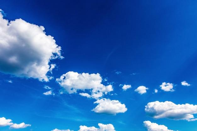 Belle nuvole che galleggiano su un cielo blu, immagine di sfondo con spazio per il testo