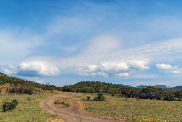 Belle nuvole sopra le montagne. crimea. choban-kule.