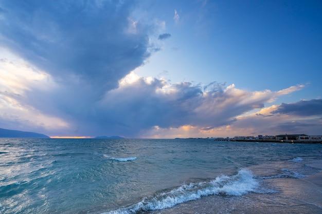 Belle nuvole con il sole al tramonto sul mare