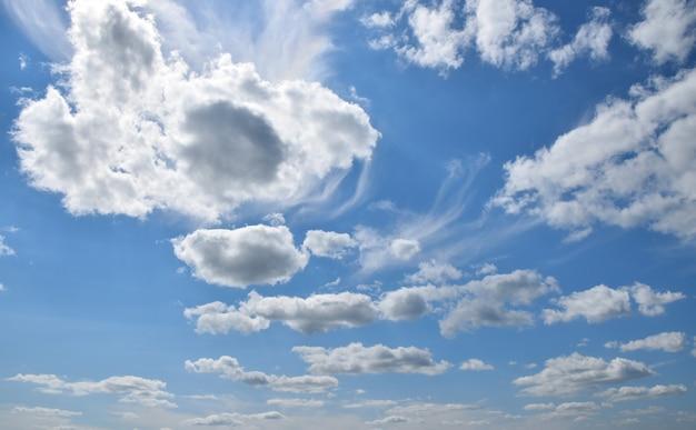 Bella cloudscape con luminose nuvole bianche nel cielo blu, basso angolo di visione