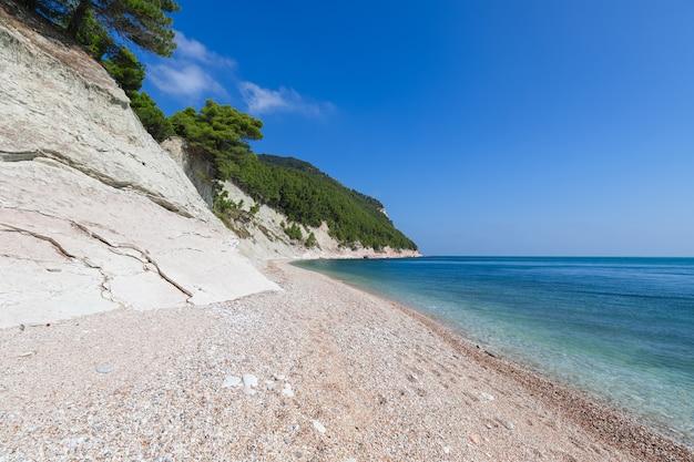 Bellissimo litorale della spiaggia dei sassi neri in riviera del conero. sirolo, italia.