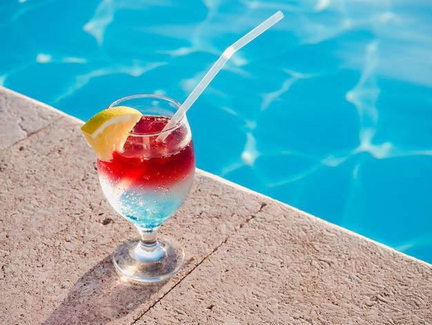 Bellissimo cocktail vicino alla piscina. vista dall'alto, primo piano. concetto di tempo libero e viaggi