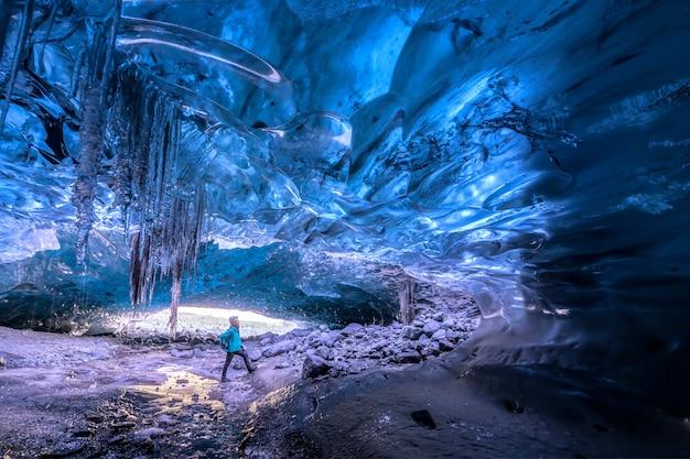 Grotta di ghiaccio bella e fredda in islanda