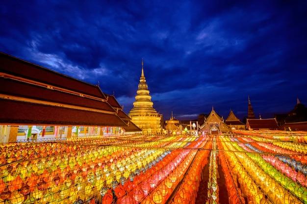 Bellissima lampada a colori loy krathong al wat phra that haripunchai lamphun thailandia