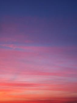 Bel cielo di colore al tramonto da vicino.