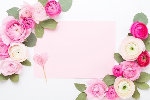 Bei fiori colorati del ranuncolo su una priorità bassa bianca. biglietto di auguri di san valentino.