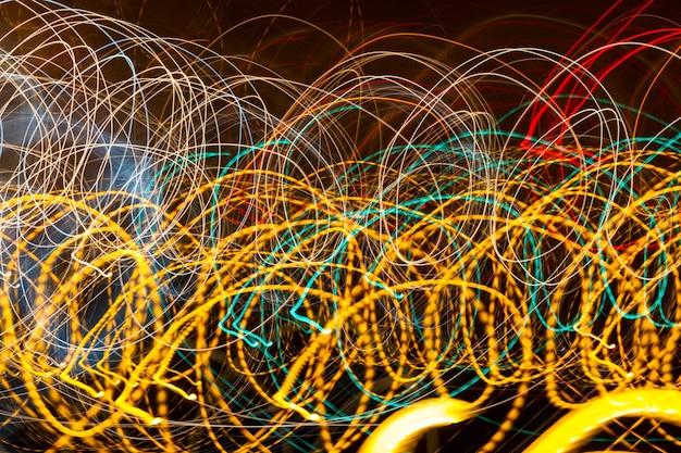 Bellissimo sfondo colorato con luci e strisce che si muovono velocemente
