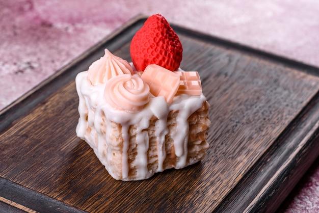 Bellissimo sapone luminoso colorato realizzato sotto forma di una torta appetitosa. aromaterapia, sapone al profumo di erbe