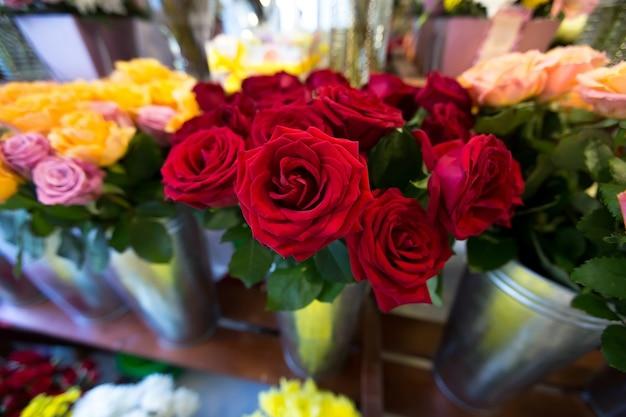 Bellissimi fiori colorati nel negozio di fiori