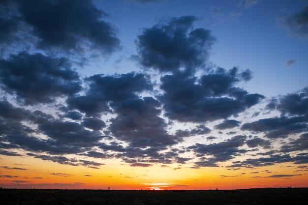 Bellissimo cielo colorato durante il tramonto o l'alba. cielo nuvoloso