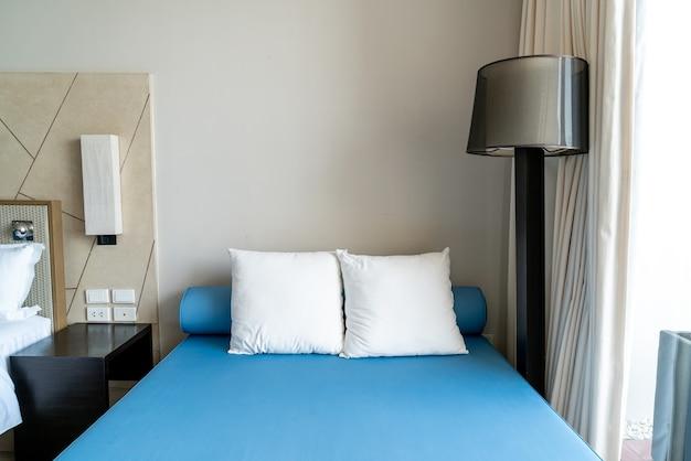 Bella e confortevole decorazione del cuscino all'interno della camera da letto