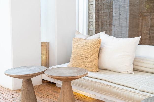 Cuscini belli e comodi decorano sul divano