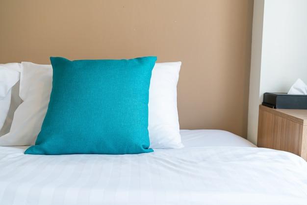 Bella e comoda decorazione di cuscini sul letto in camera da letto