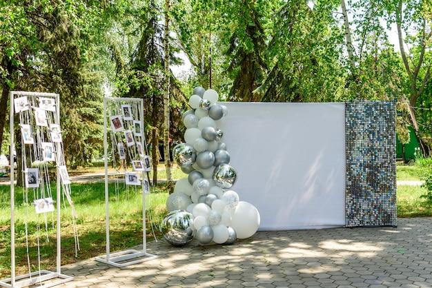 Bellissima composizione per un matrimonio in trasferta in un parco sulla costa oceanica. solenne cerimonia di pittura dello sposo e della sposa