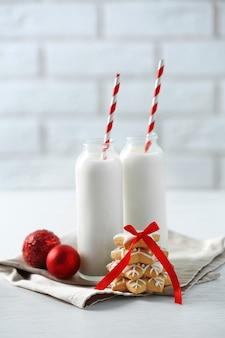 Bellissima composizione con biscotti di natale e latte