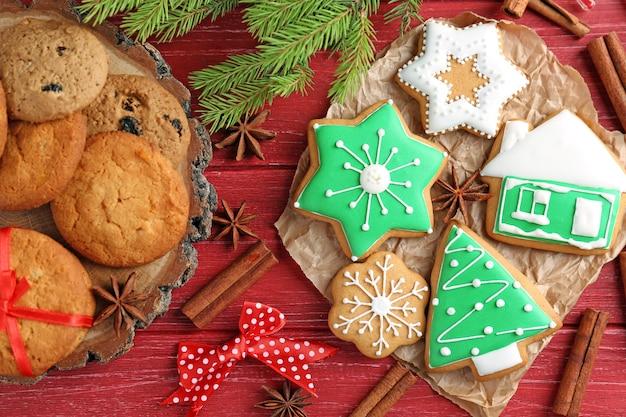 Bella composizione con biscotti di natale su fondo in legno