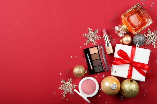 Bella composizione con decorazioni natalizie e cosmetici per il trucco vista dall'alto